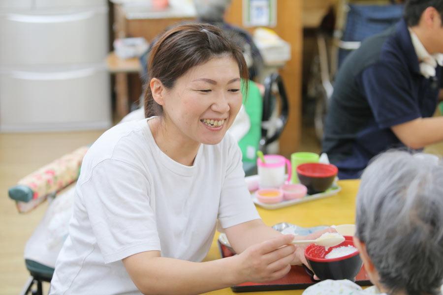 食事介助はご利用者さんのペースに合わせて(^^)
